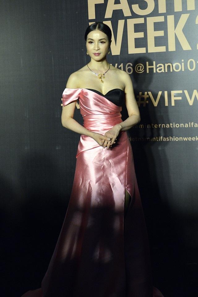 Vốn có vóc người mảnh mai, MC Thanh Mai rất phù hợp với những bộ đầm khoe dáng gợi cảm. Tuy nhiên, chiếc váy chưa được là lượt kĩ khiến giảm đi một phần sức hấp dẫn.