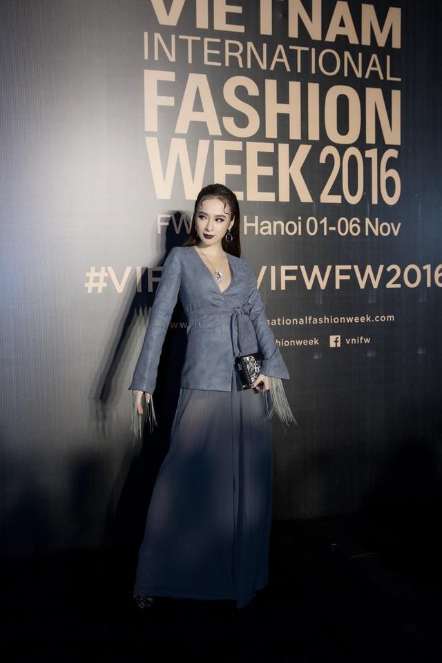 Vì vấp phải một số sự cố nên Phương Trinh không mặc được bộ trang phục của NTK Công Trí mà cô đã chuẩn bị sẵn và được stylist cứu vào giờ chót.