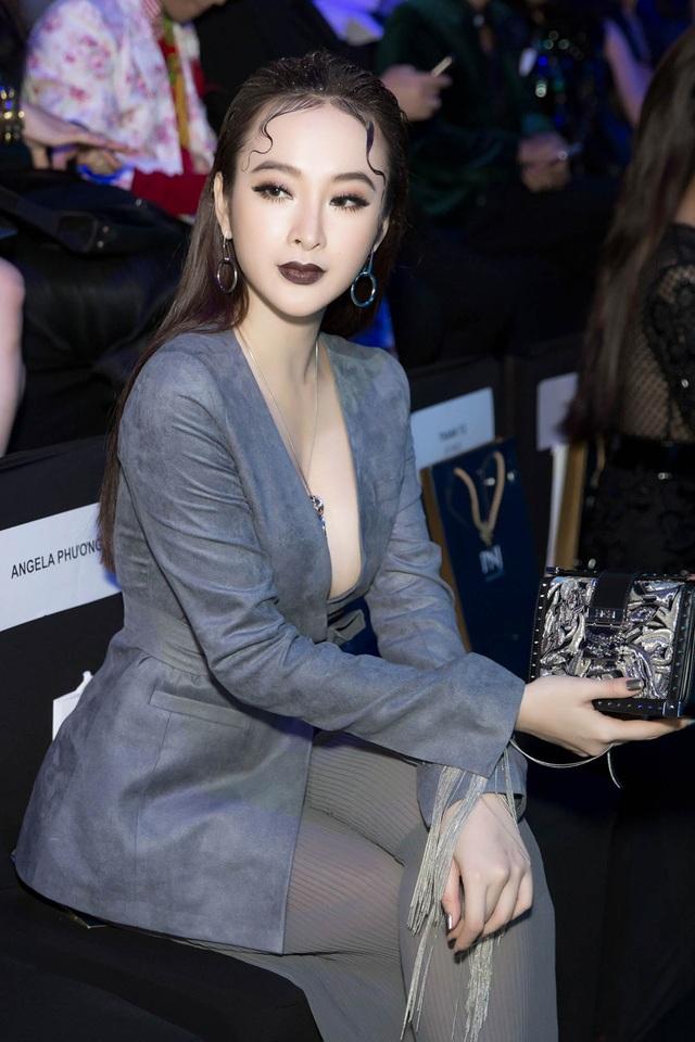 Là một người đẹp từng ghi dấu ấn với các thiết kế của Công Trí, Angela Phương Trinh cũng có mặt để chiêm ngưỡng BST của người anh thân thiết. Công Trí cũng là tác giả bộ trang phục gây ấn tượng của Phương Trinh ở LHP Cannes hồi tháng 5.