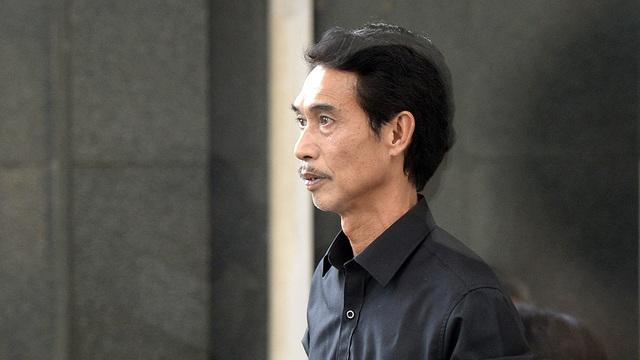 NSƯT Phú Đôn có mặt từ rất sớm để lo chu toàn cho tang lễ NSƯT Phạm Bằng.