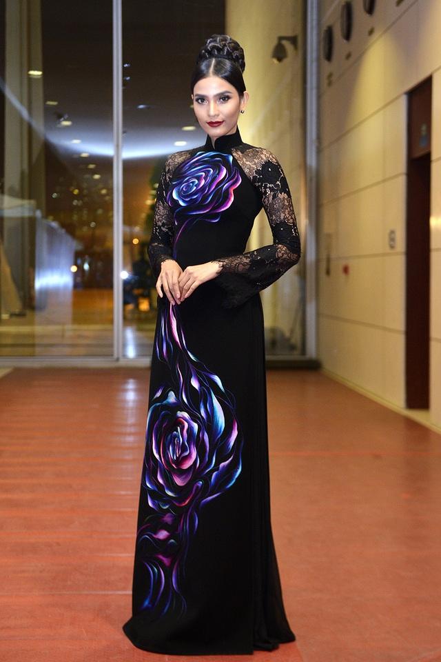 Đặc biệt, với lối make-up khá đậm nhưng thần thái và nhan sắc của Trương Thị May vẫn tôn lên được nét đẹp truyền thống của người con gái Việt.