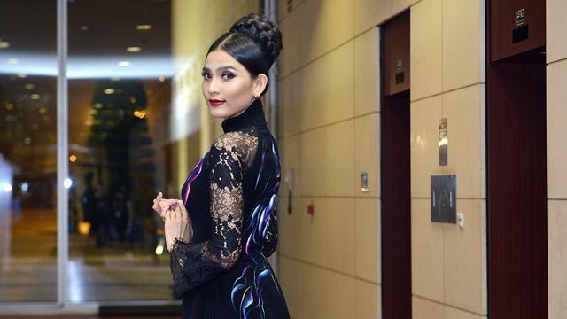Đêm qua (4/11), xuất hiện tại sự kiện thời trang đình đám ở Hà Nội, Á hậu Trương Thị May biến hóa liên tục trong những thiết kế áo dài.