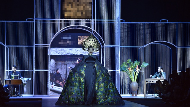 Nàng hậu diện trên mình chiếc áo dài đen có phần tà áo hình chim công và chiếc vương miện thể hiện quyền lực của người phụ nữ Việt Nam.