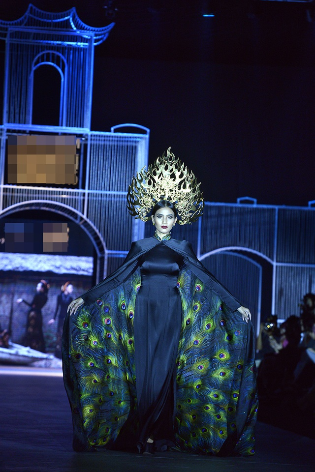 Chiếc áo dài của Trương Thị May được thể hiện với họa tiết organze được thêu tay tinh tế. Đặc biệt, chiếc vương miện của cô có cân nặng gần… 10kg.