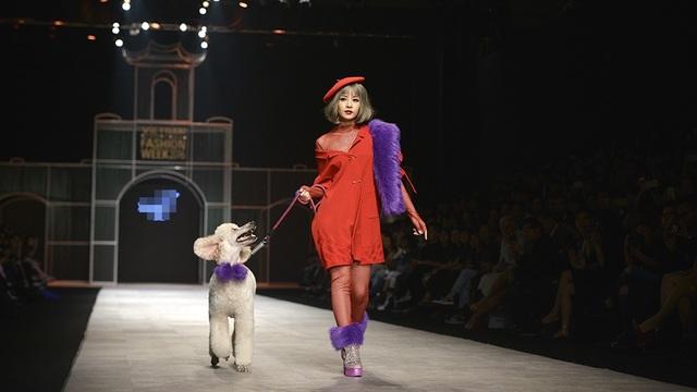 Thong dong dắt người bạn đặc biệt của mình là chú cún poodle lên sàn catwalk, cô đã dẫn khán giả xem trực tiếp show diễn đến với thủ đô Paris hoa lệ, với mùa đông nước Pháp, ngập tràn cảm hứng lãng mạn từ những cô gái quyến rũ sải bước.