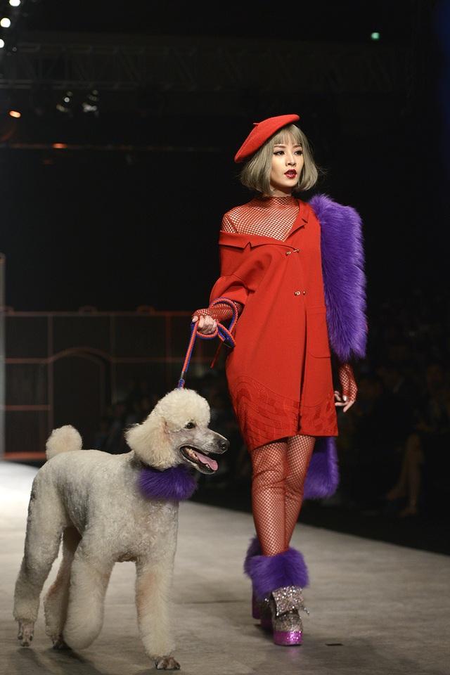 """""""Chi còn có người bạn diễn là một chú cún poodle đáng yêu. Đi catwalk đã là khó khăn với Chi, vừa phải diễn với chú cún lại là một thử thách khác"""", Chi Pu bày tỏ. Khán giả đã ồ lên khi nữ diễn viên 9X bước ra sân khấu với chú cún với gương mặt lạnh lùng, biểu cảm tự tin."""