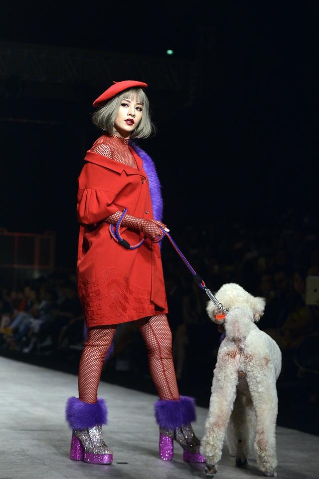 """Được tin tưởng chọn là first face (gương mặt mở màn), Chi Pu cho biết: """"Khó khăn nhất là đi làm sao để vừa thể hiện được thần thái, vừa có những sải bước chân dài như một người mẫu chuyên nghiệp""""."""