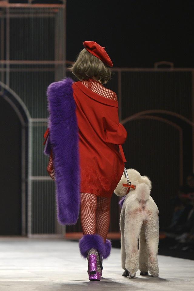 """Trên nền nhạc Pháp du dương, sắc đỏ nổi bần bật trên từng nhịp bước chân của cô diễn viên trẻ. Hình ảnh của Chi Pu thể hiện tinh thần: """"Một người phụ nữ chỉ có thể được chiều chuộng bởi hai thứ: Thời trang & Tình yêu""""."""