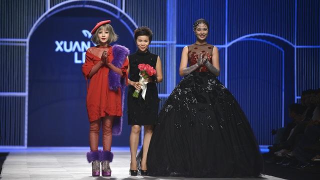 Kết thúc màn trình diễn, Chi Pu xuất hiện cùng đàn chị là Hoa hậu Việt Nam 2010 Ngọc Hân trong vai trò veddet, khép lại câu chuyện cảm xúc của người phụ nữ khi đang say đắm trong men tình. Hoa hậu Ngọc Hân cho biết cô rất bất ngờ khi biết đây là lần đầu tiên Chi Pu đi catwalk vì người bạn diễn thể hiện rất bình tĩnh, tự nhiên.