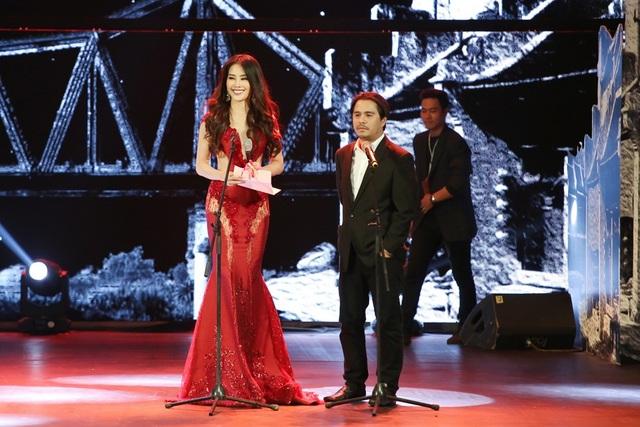 Top 8 Hoa hậu trái đất 2016 được BTC giao trọng trách công bố và trao giải cho nam diễn viên chính xuất sắc nhất tại Liên hoan phim quốc tế Hà Nội.