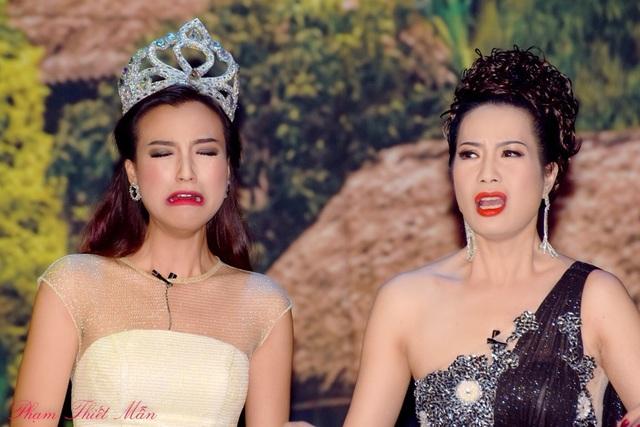 NSƯT - Á hậu Trịnh Kim Chi và Á hậu Hoàng Oanh trong vở diễn Hoa hậu Ao làng.