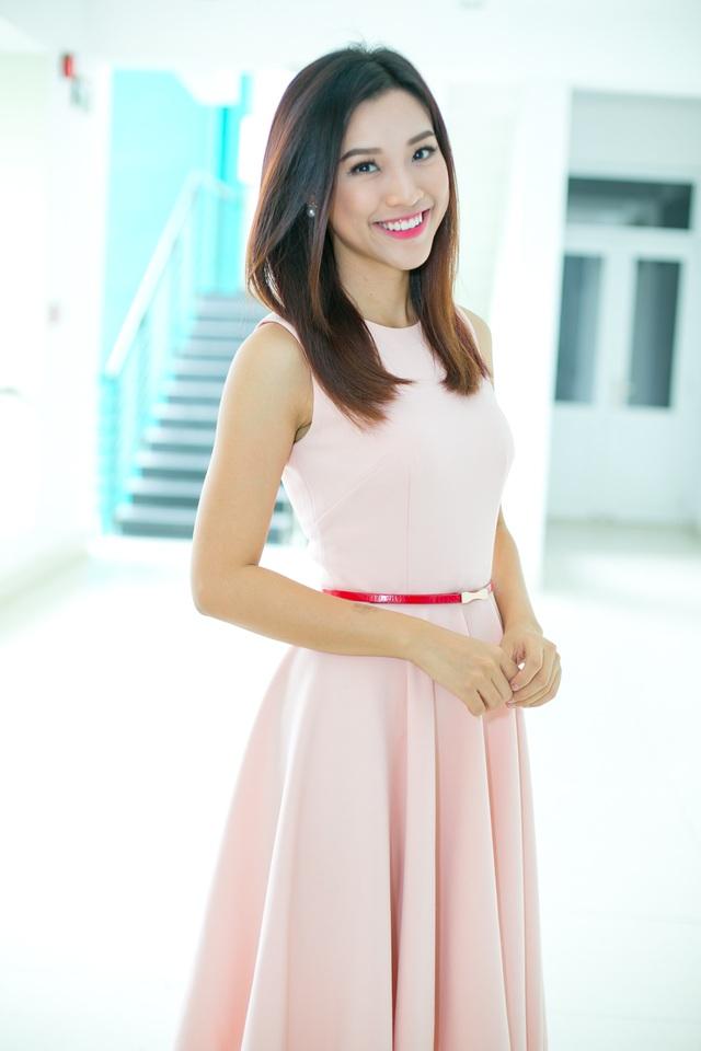 Hoàng Oanh diện váy hồng pastel xinh xắn