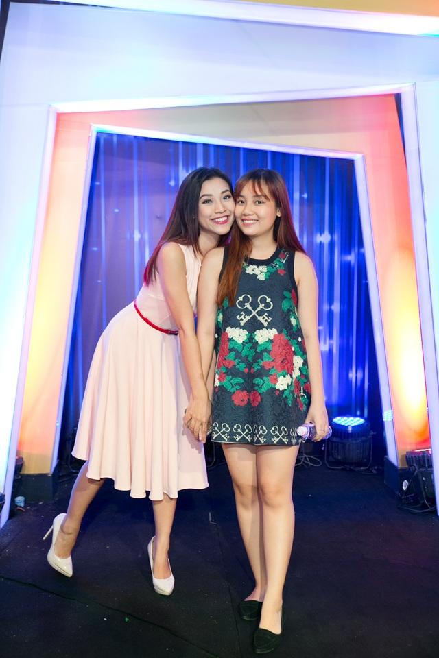 Hoàng Oanh cùng em gái.