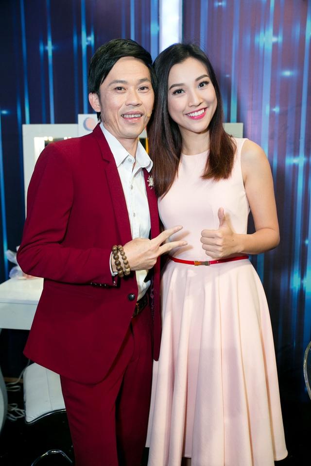 Trong hậu trường, Hoàng Oanh thường xuyên đùa giỡn, chụp hình cùng Hoài Linh.