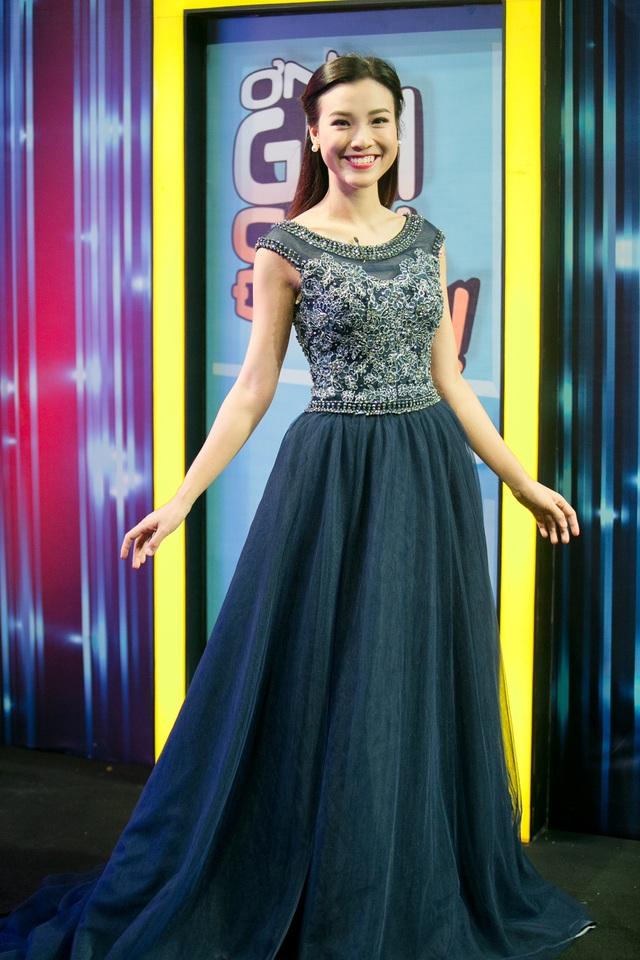 Hoàng Oanh chuẩn bị thêm một bộ váy dạ hội sang trọng.