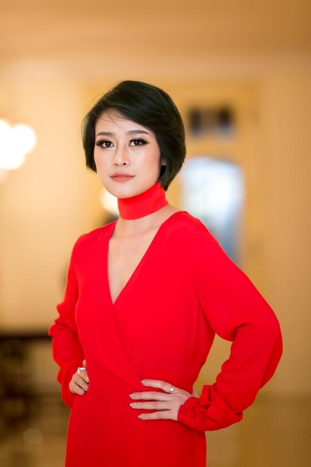 Trưởng thành từ cuộc thi Cầu Vồng năm 2012, Phí Linh hiện đang là một trong những MC trẻ đầy tài năng của Đài truyền hình Việt Nam. Và sự biến hóa của Phí Linh trong nhiều vai trò khiến đồng nghiệp cũng phải bất ngờ.