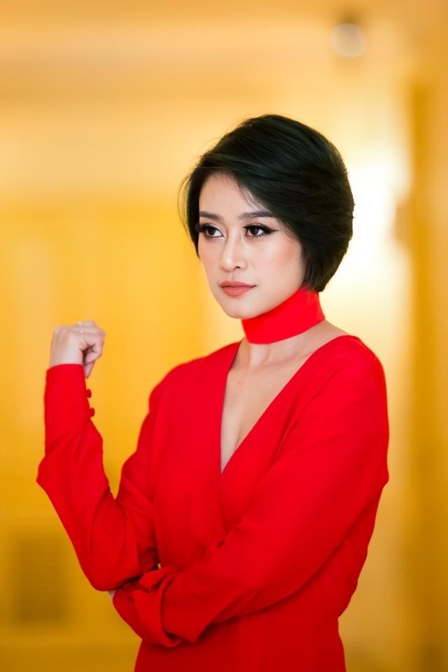 Ngay từ thời sinh viên, Linh đã nổi tiếng trong trường với các hoạt động Đoàn sôi nổi, là MC dẫn dắt nhiều chương trình văn nghệ của Đội Thanh niên xung kích,… Sau này khi nhìn thấy những bước trưởng thành của Linh mới nhận thấy, có vẻ như Linh né tránh sự hấp dẫn của nghề báo khi chọn một chuyên ngành học khác, nhưng cuối cùng nghề báo lại chọn cô.