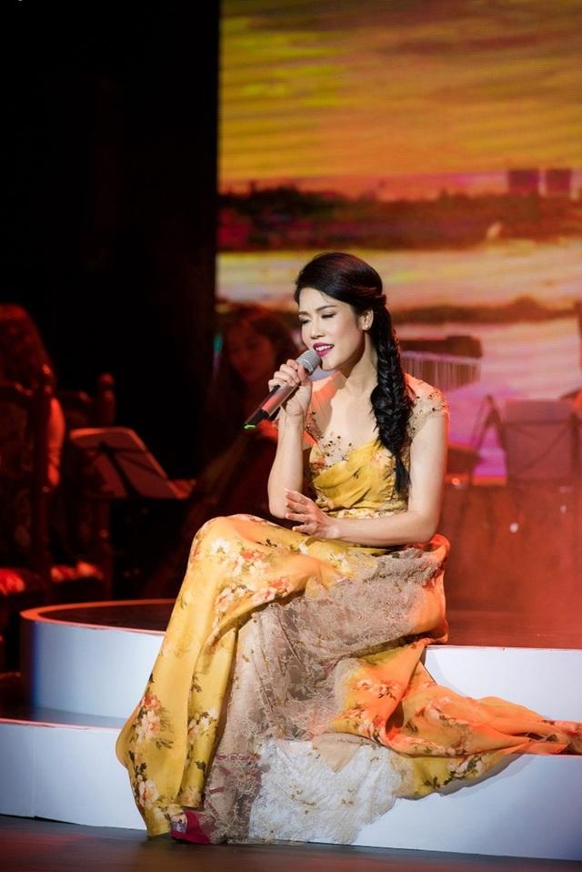 Thu Phương thay 5 chiếc váy, khóc ròng trong đêm nhạc tại Hà Nội - 7