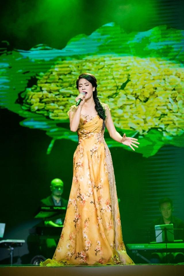 Thu Phương thay 5 chiếc váy, khóc ròng trong đêm nhạc tại Hà Nội - 8