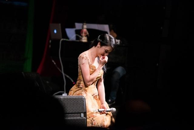 Thu Phương thay 5 chiếc váy, khóc ròng trong đêm nhạc tại Hà Nội - 9