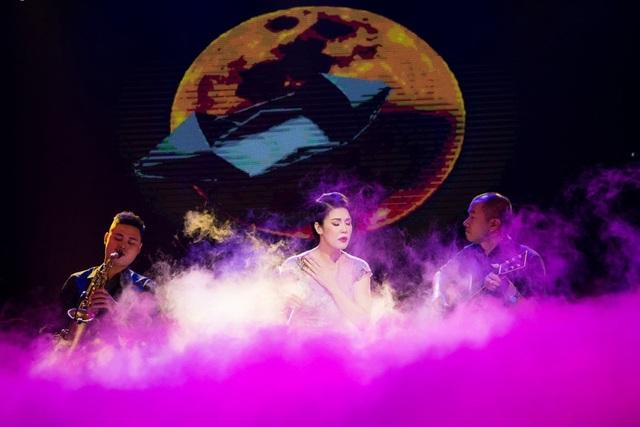 Thu Phương thay 5 chiếc váy, khóc ròng trong đêm nhạc tại Hà Nội - 16