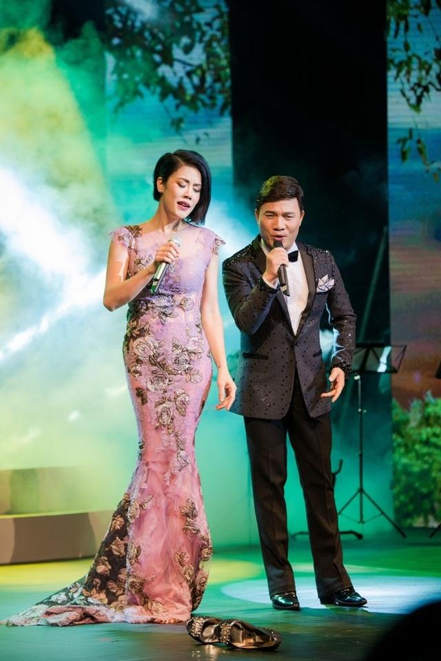 Thu Phương thay 5 chiếc váy, khóc ròng trong đêm nhạc tại Hà Nội - 15
