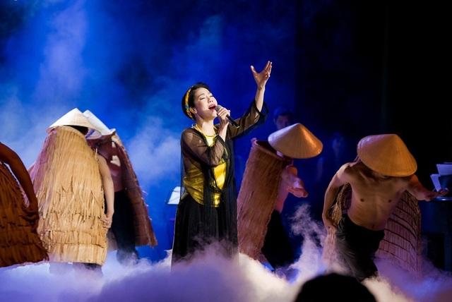 Thu Phương thay 5 chiếc váy, khóc ròng trong đêm nhạc tại Hà Nội - 17