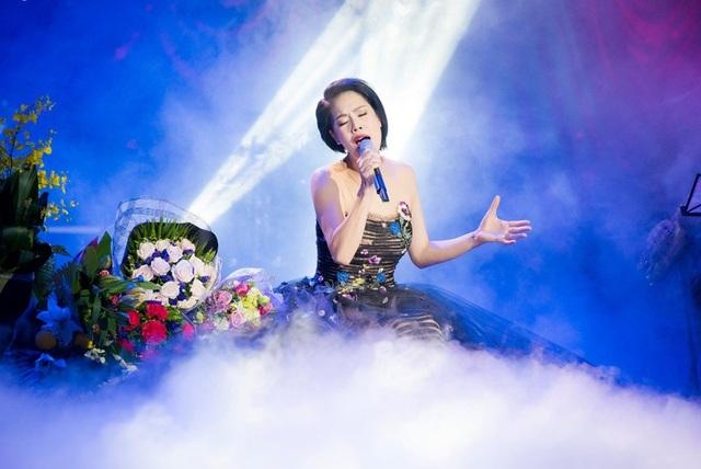 Thu Phương thay 5 chiếc váy, khóc ròng trong đêm nhạc tại Hà Nội - 13
