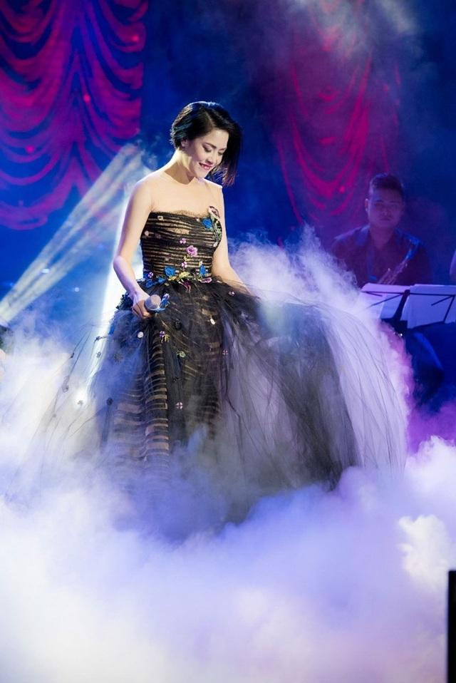 Thu Phương thay 5 chiếc váy, khóc ròng trong đêm nhạc tại Hà Nội - 10
