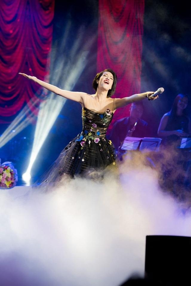 Thu Phương thay 5 chiếc váy, khóc ròng trong đêm nhạc tại Hà Nội - 12