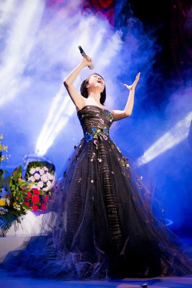 Thu Phương thay 5 chiếc váy, khóc ròng trong đêm nhạc tại Hà Nội - 11