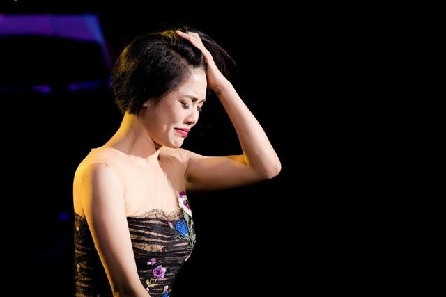 Thu Phương thay 5 chiếc váy, khóc ròng trong đêm nhạc tại Hà Nội - 1