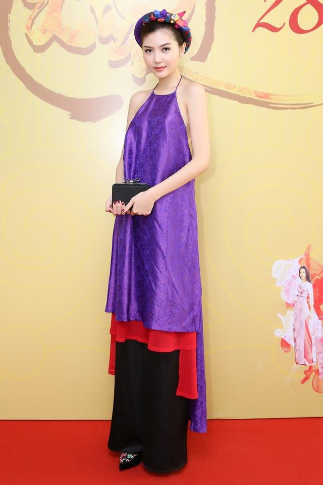 Hoa hậu Ngọc Duyên mặc áo yếm gợi cảm đọ dáng cùng dàn mẫu - 6