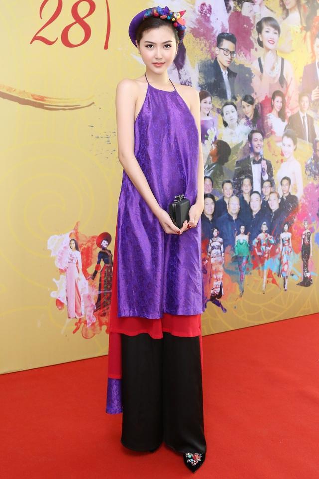 Hoa hậu Ngọc Duyên mặc áo yếm gợi cảm đọ dáng cùng dàn mẫu - 7