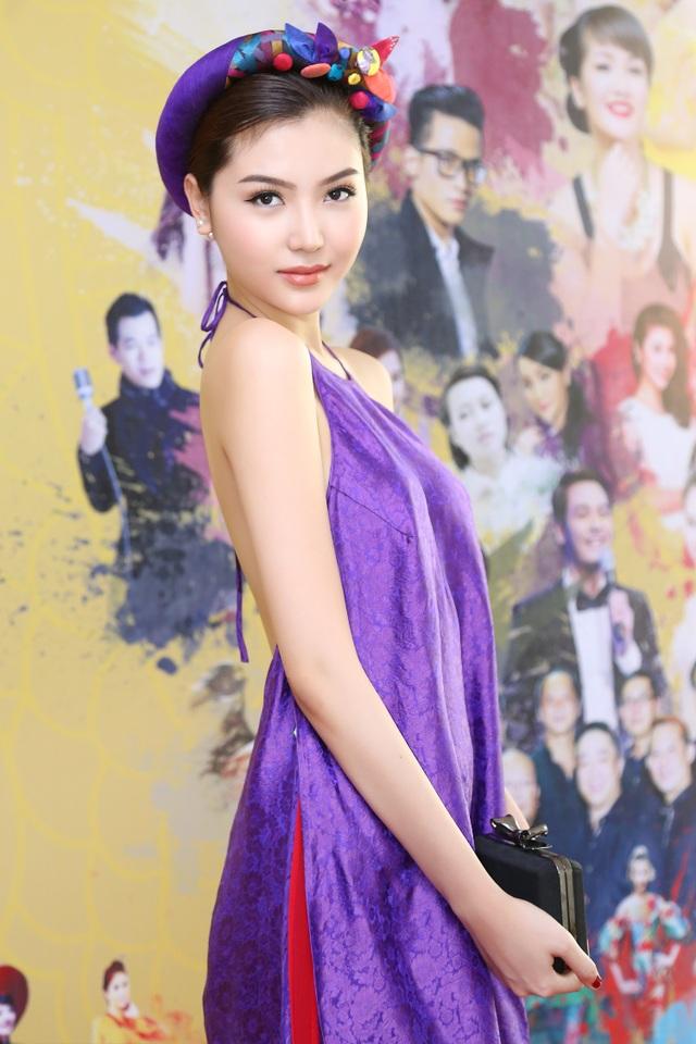 Hoa hậu Ngọc Duyên mặc áo yếm gợi cảm đọ dáng cùng dàn mẫu - 3