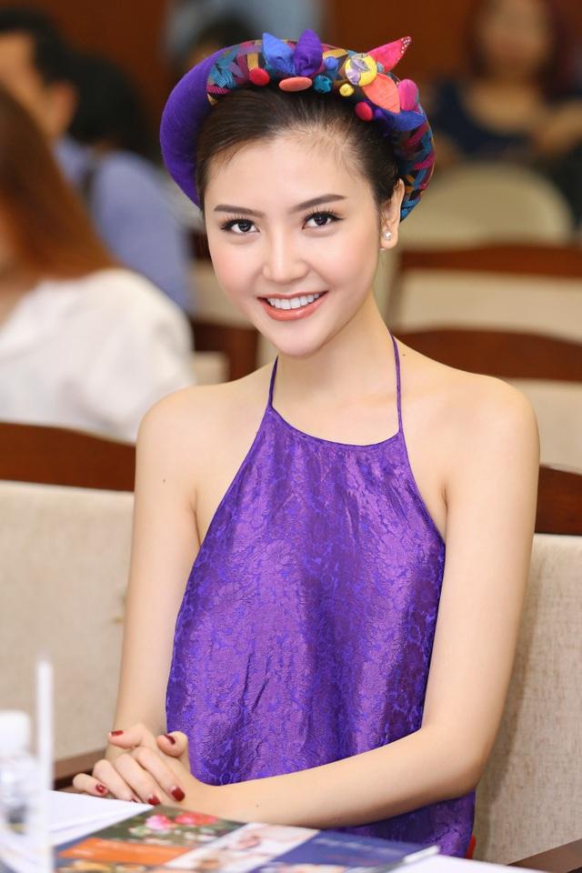 Hoa hậu Ngọc Duyên mặc áo yếm gợi cảm đọ dáng cùng dàn mẫu - 1