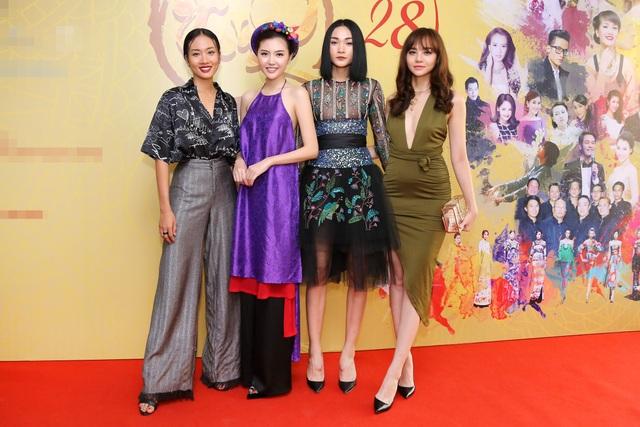Hoa hậu Ngọc Duyên mặc áo yếm gợi cảm đọ dáng cùng dàn mẫu - 11
