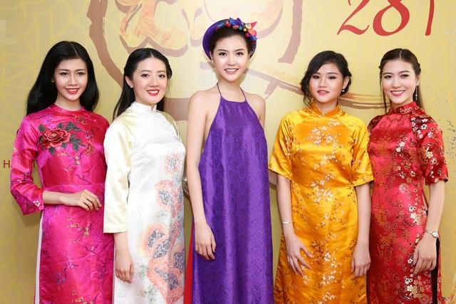Hoa hậu Ngọc Duyên mặc áo yếm gợi cảm đọ dáng cùng dàn mẫu - 10