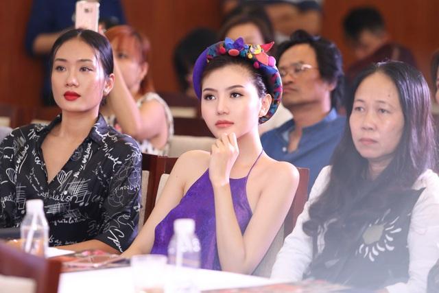 Hoa hậu Ngọc Duyên mặc áo yếm gợi cảm đọ dáng cùng dàn mẫu - 9