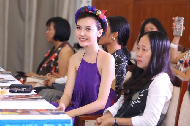 Hoa hậu Ngọc Duyên mặc áo yếm gợi cảm đọ dáng cùng dàn mẫu - 8