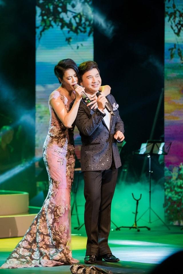 Thu Phương thay 5 chiếc váy, khóc ròng trong đêm nhạc tại Hà Nội - 14