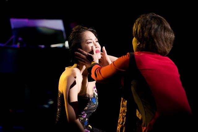 Với trái tim đa cảm của người nghệ sĩ, không ít lần cô đã khóc trên sân khấu.