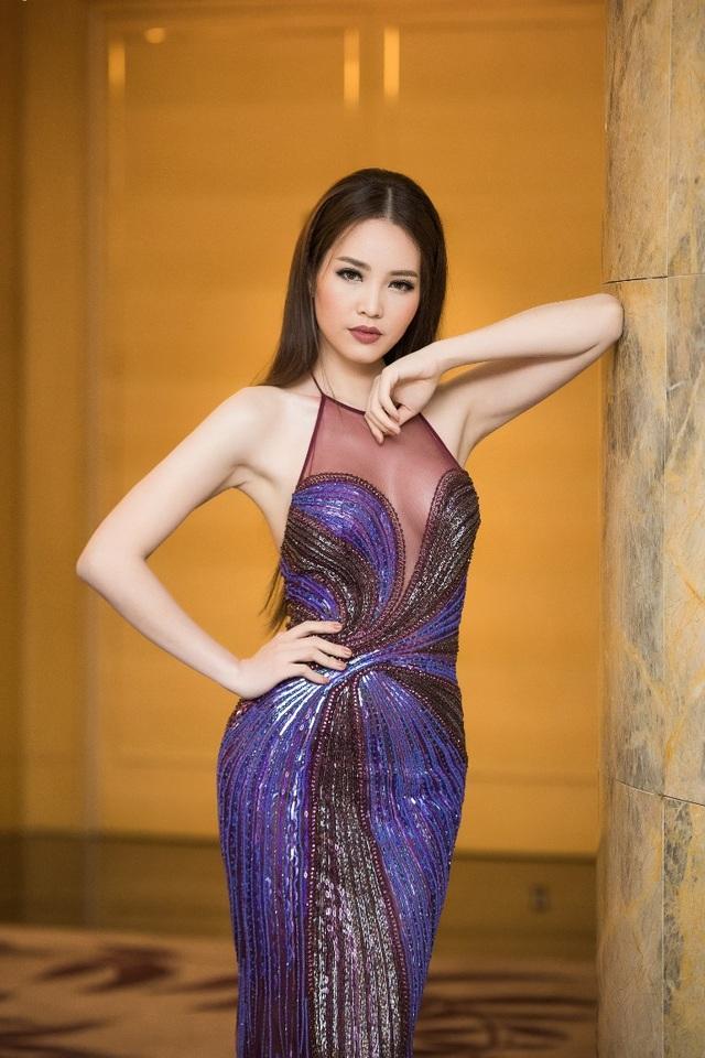 Thụy Vân chọn cho mình phong cách trang điểm khá ấn tượng, mái tóc suôn thẳng đơn giản, không tạo kiểu khiến cô khác biệt so với các lần xuất hiện trước.