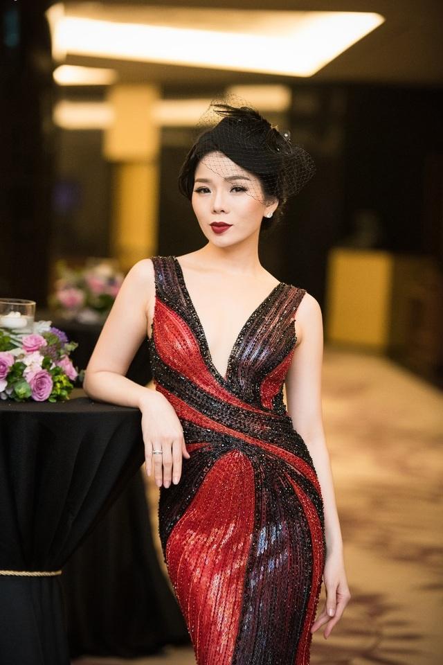 """Nữ ca sĩ """"Nỗi đau ngự trị"""" mang đến vẻ nóng bỏng và tinh tế trong thiết kế có hai tông màu chủ đạo là đỏ và đen."""