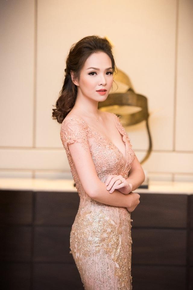 """MC Đan Lê xây dựng hình ảnh """"nữ thần"""" mang đến dáng vẻ yêu kiều và duyên dáng."""