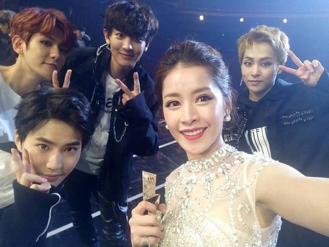 Cô cũng vui vẻ selfie cùng EXO.