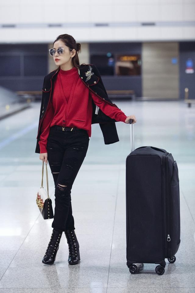 Cô diện áo len, khoác ngoài bằng một thiết kế thêu hoạ tiết bắt mắt, cô kết hợp cùng đôi boost nạm đinh.