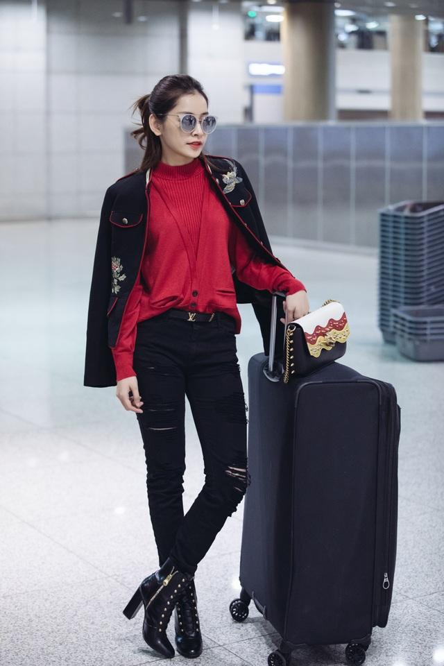 Xuất hiện tại sân bay, nữ diễn viên khoe phong cách thời trang trang sành điệu.