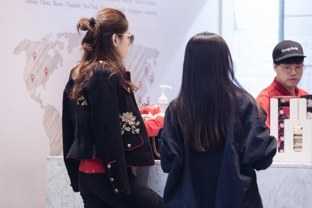 Ngay khi đến thủ đô Seoul, Chi Pu được BTC đón tiếp nồng nhiệt tại sân bay Incheon và đưa về trung tâm bằng limousine. Cô ở một khách sạn 5 sao tại khung Kangnam. BTC còn chu đáo hỏi Chi Pu về thực đơn riêng để chuẩn bị phù hợp với sức khoẻ của nữ diễn viên.
