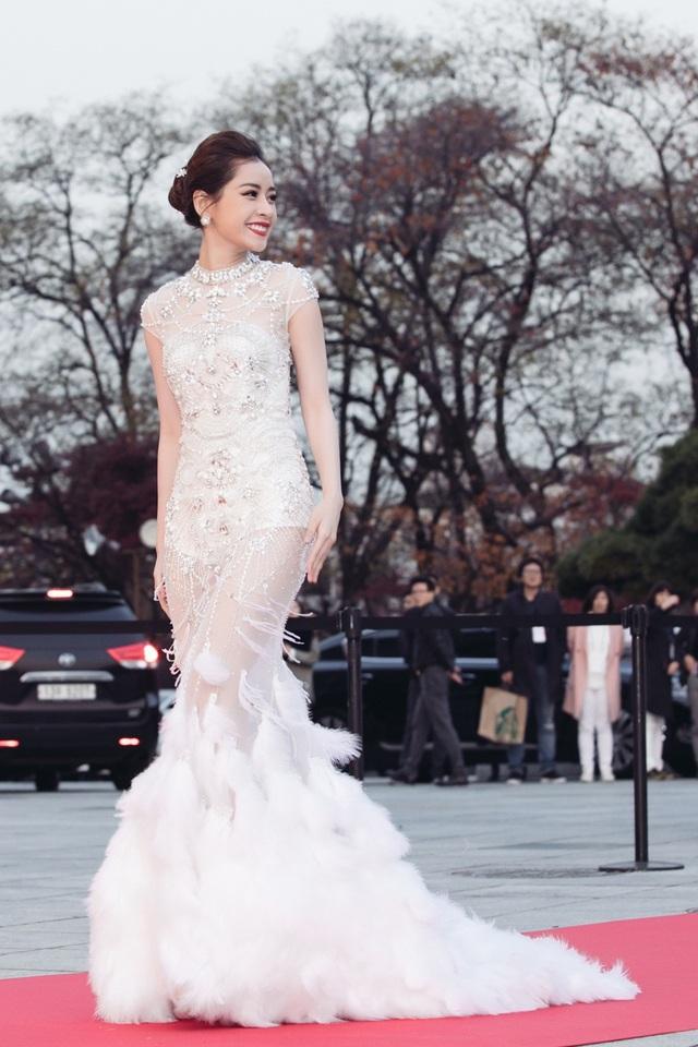 Chi Pu thể hiện phong thái tự tin, thu hút mọi ánh nhìn khi là nghệ sĩ Việt Nam duy nhất vinh dự tham dự sự kiện này.